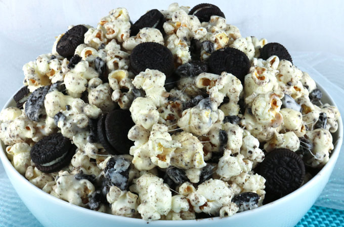 Oreo Cookie Popcorn | Featured on www.vegetariant.com
