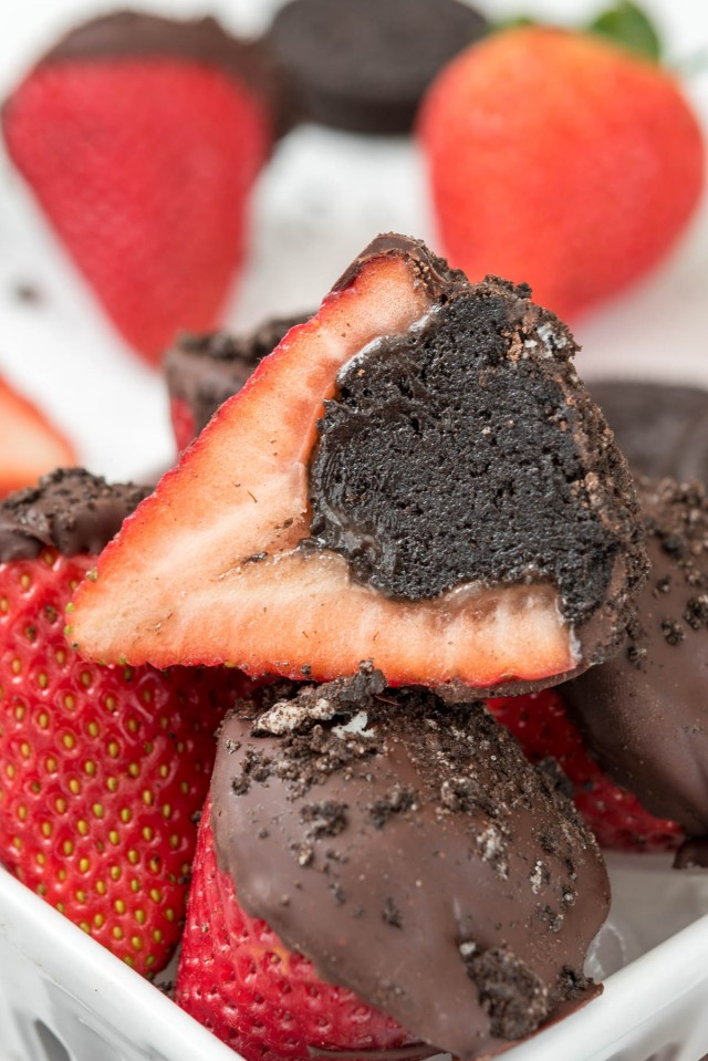 Oreo Truffle Dipped Strawberries | Featured on www.vegetariant.com